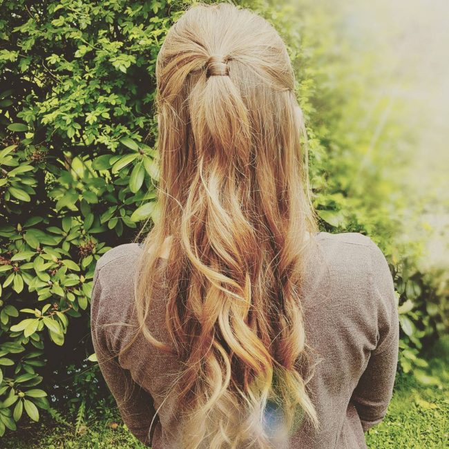 Simple Ponytail Knot on Wavy Strands