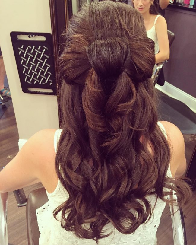 Textured Wavy Locks with a Low Bow